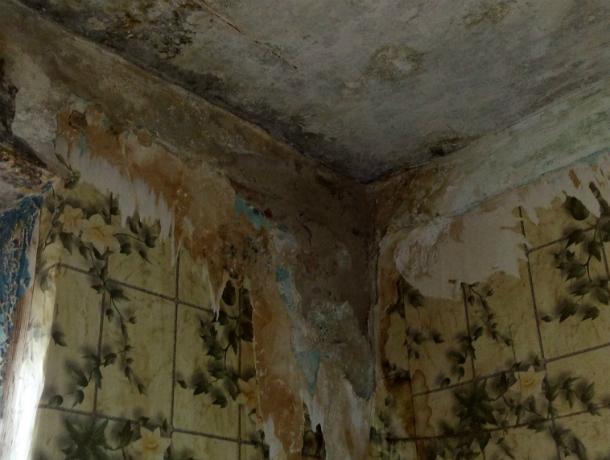 Рухнуть своим жильцам на голову может потолок в доме в самом центре Ростова
