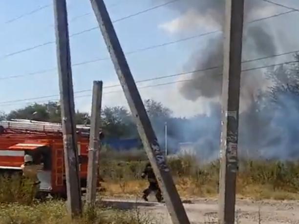 Серьезный пожар охватил территорию возле Змиевской балки Ростова