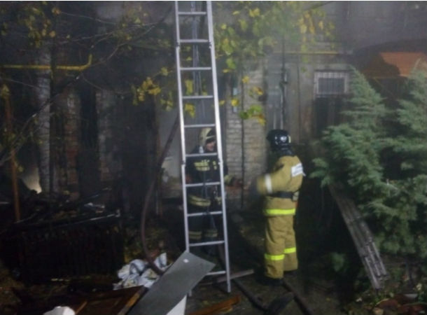 Пожарные семь часов тушили страшный пожар в частном доме в Ростове