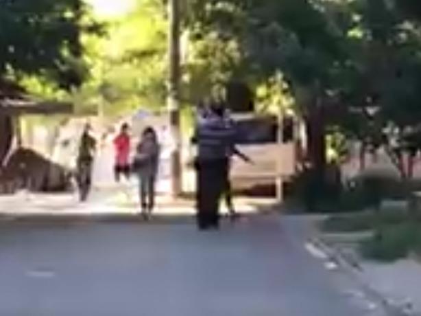 Летящей походкой седовласый «бомбардировщик» с ребенком на руках пикировал улицы Ростова
