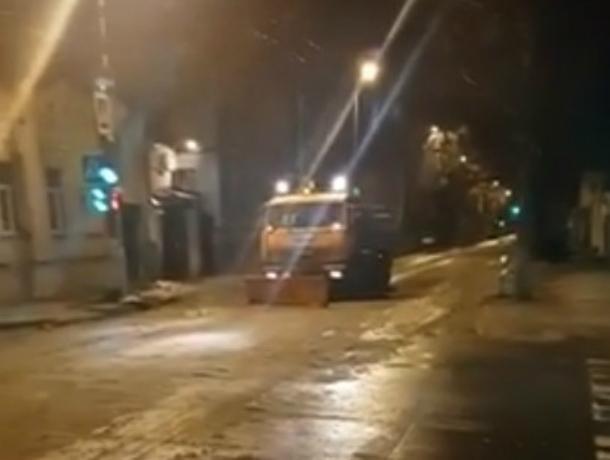 Укатавшие несколько машин снега в асфальт ленивые коммунальщики Ростова попали на видео