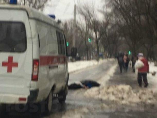 Прохожий раскроил череп после падения на скользкий тротуар в Ростове