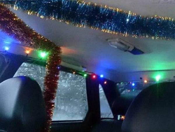 Таксист из Новочеркасска украсил автомобиль к Новому году