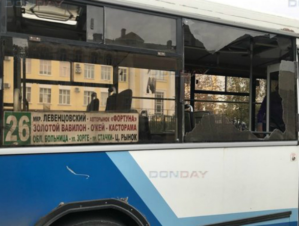 Осколками лопнувшего стекла засыпало пассажиров автобуса в Ростове