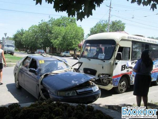 В Таганроге ВАЗ-2112 столкнулся с маршруткой: травмированы 5 человек