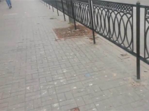 Ростовские дорожники нелепо изуродовали тротуар и уничтожили клумбы