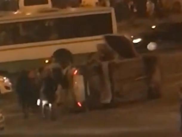 Мужественный «Форд» уложил на бок красавицу «Ладу» на вечерней улице Ростова