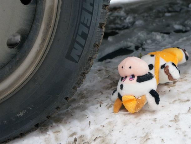 Игравший во дворе многоэтажки семилетний мальчик оказался под колесами легковушки в Ростове