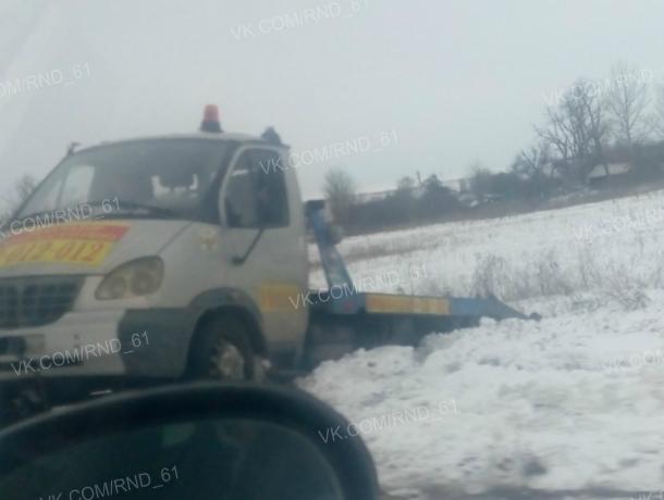 Примчавшийся на помощь «Жигуленку» эвакуатор накрепко застрял в сугробе на ростовской трассе