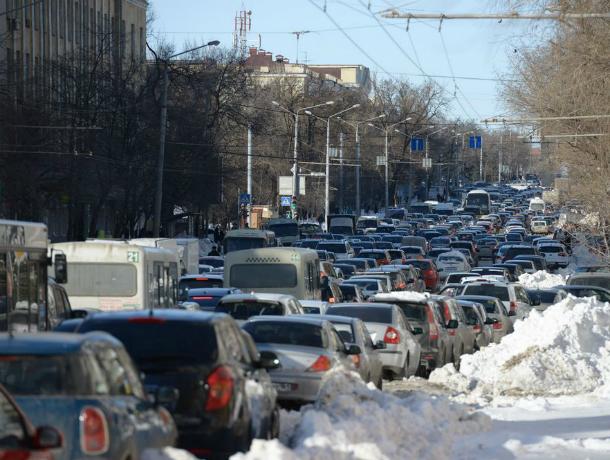 День травматолога и жестянщика: в Ростове пошел первый снежок и спровоцировал пробки в 10 баллов