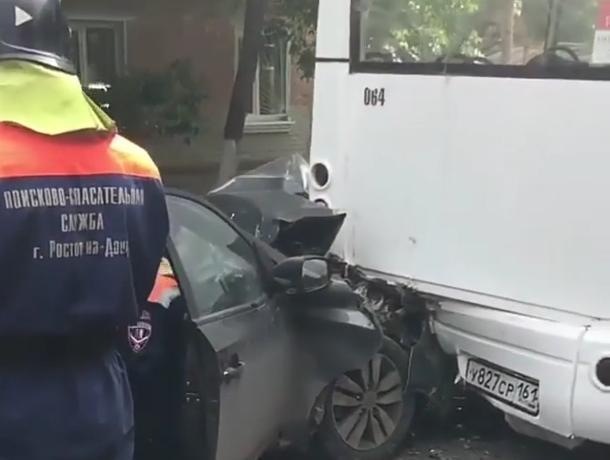 Спасатели вырезали едва живого водителя иномарки, влетевшей на скорости в маршрутку в Ростове