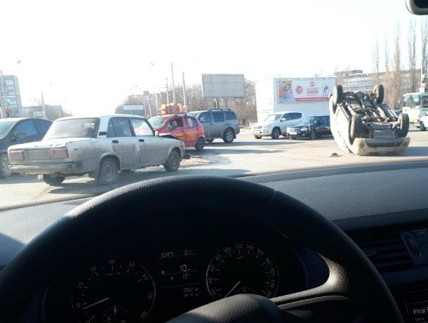 Броневик инкассаторов протаранил ВАЗ и перевернулся на перекрестке в Ростове