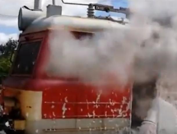 Загоревшийся во время движения по ростовской железной дороге поезд попал на видео