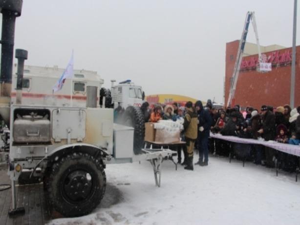 Спасатели Ростова накормили голодных и развеселили угрюмых горожан