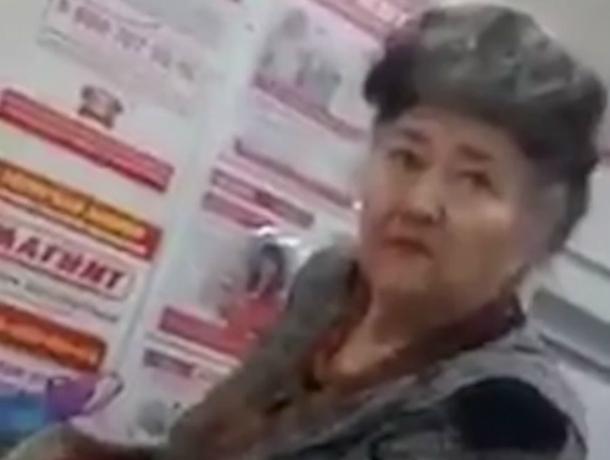 Безграмотный охранник магазина решил отомстить за двойки в школе и публично унизил свою бывшую учительницу