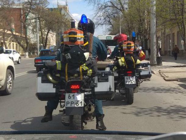 Скромные мотоциклисты в форме МЧС прокатились по Ростову с заклеенными номерами