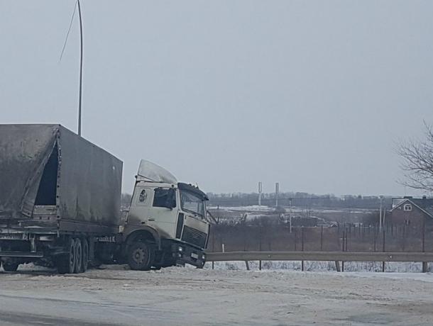 Жертва снегопада: потерявшая управление фура слетела на обочину и снесла опору ЛЭП под Ростовом