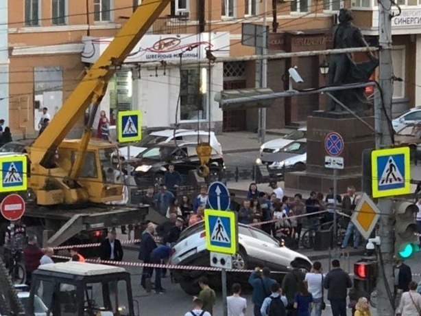 Проглоченный асфальтом внедорожник в Ростове дружно вытаскивали краном-манипулятором