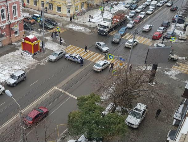 Перекрытая дорога в центре Ростова обрастает слухами