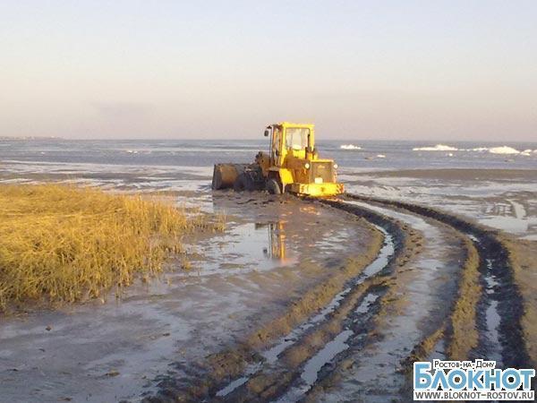 Два трактора увязли в грязи на берегу Таганрогского залива (ВИДЕО)