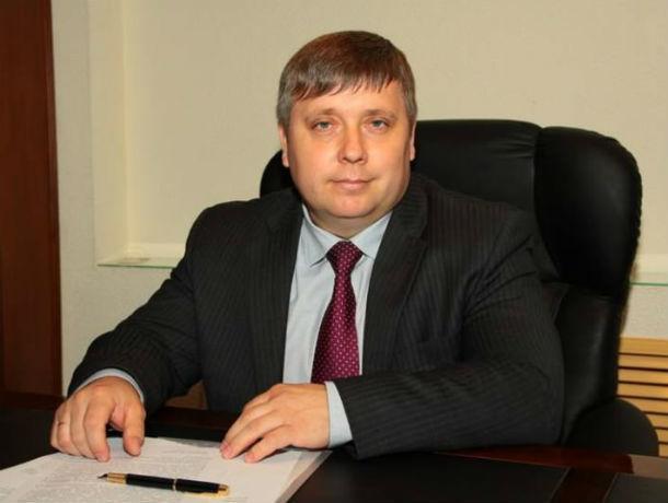 За работу в выходной день директор Фонда ОМС в Ростове назначил себе двойной оклад