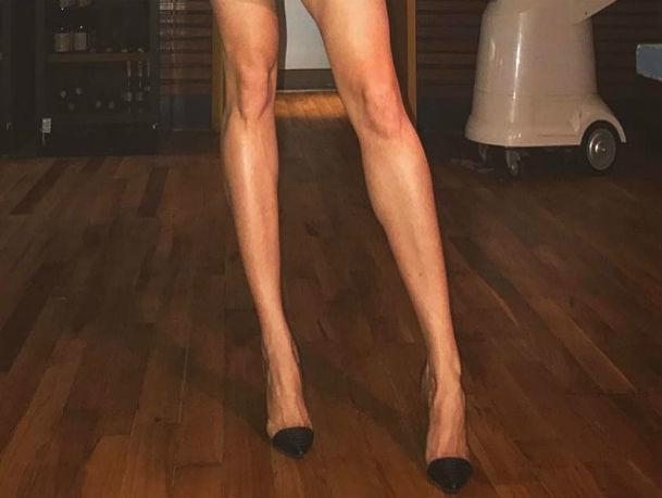 Обнаженные ноги невероятной длины показала в ростовском ресторане эффектная брюнетка