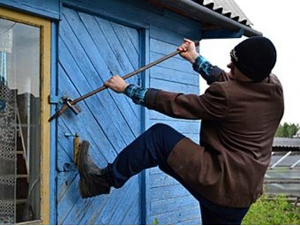 Бытовую технику и строительные инструменты нагло выкрал рецидивист из дома женщины в Ростовской области