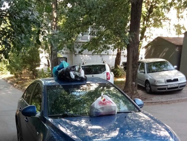 Вонючими мусорными пакетами закидали машины зарвавшихся автохамов в Ростове