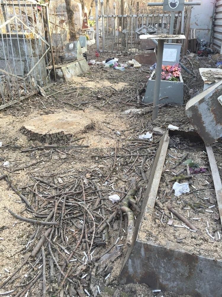 В Ростове на Верхне-Гниловском кладбище орудуют вандалы