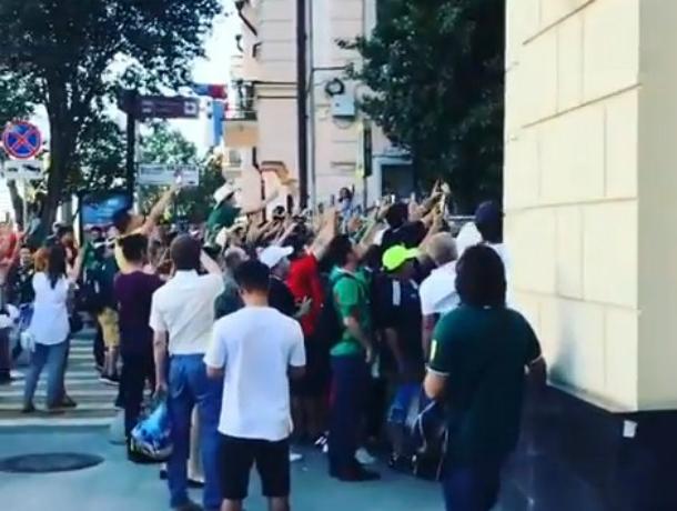 «Атаковавшие» отель со своими футболистами счастливые мексиканцы попали на видео в Ростове
