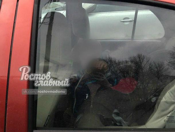 Горе-родители, которые бросили в ледяной машине грустного малыша, привели в ярость жителей Ростова