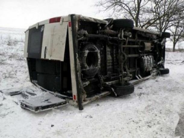 Междугородний микроавтобус с пассажирами перевернулся на обледенелой ростовской трассе