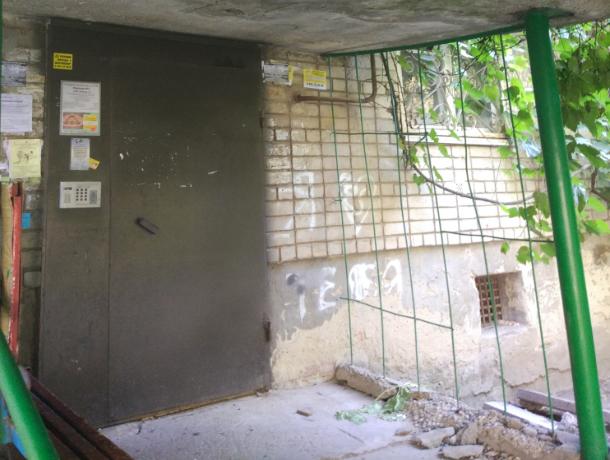 Погибнуть под обломками аварийного козырька подъезда боятся жильцы многоэтажки в Ростове