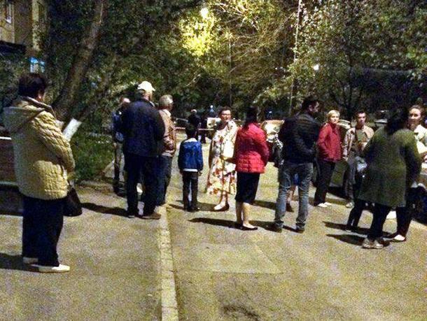 Срочная эвакуация жильцов двух подъездов из-за взрывоопасного авто произошла в Ростове