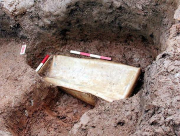 «Заботливые» родители похоронили свою трехлетнюю дочь в фанерном гробу в лесу под Ростовом
