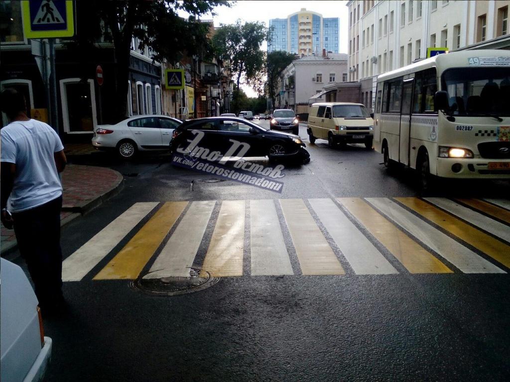 ВРостове наГазетном столкнулись три девушки на 2-х машинах