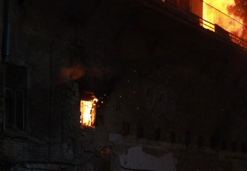 Вцентре Ростова полыхает  четырехэтажный дом