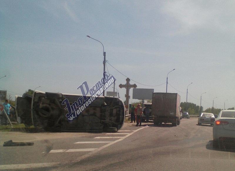 Под Ростовом перевернулся микроавтобус