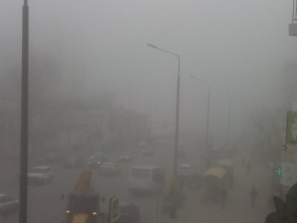 Густой имрачный туман среки Дон окутал берега ицентр Ростова